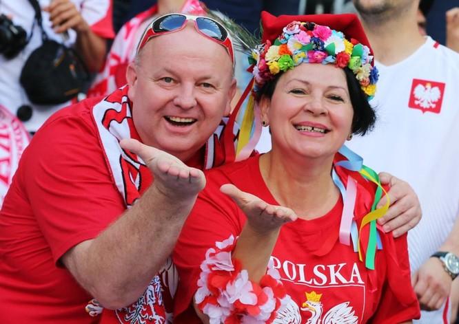 Fan Ba Lan trước khi bắt đầu trận đấu vòng bảng của Giải vô địch bóng đá châu Âu 2016