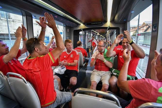 Fan xứ Wales trên xe điện sau trận vòng bảng của Giải vô địch bóng đá châu Âu - 2016