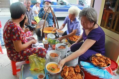 """Giải mã sức hấp dẫn của những quán ăn """"du kích"""" ở Sài Gòn ảnh 2"""