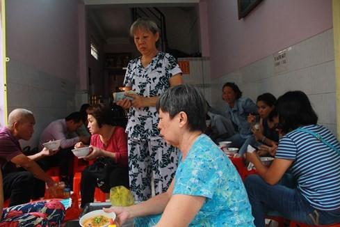 """Giải mã sức hấp dẫn của những quán ăn """"du kích"""" ở Sài Gòn ảnh 5"""