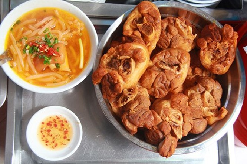 """Giải mã sức hấp dẫn của những quán ăn """"du kích"""" ở Sài Gòn ảnh 1"""