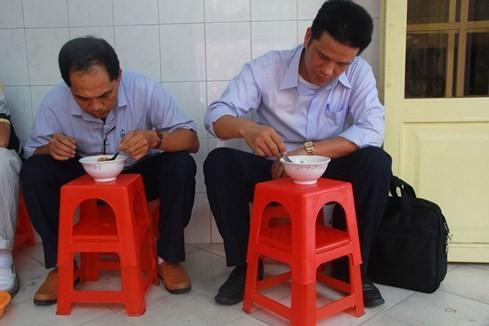 """Giải mã sức hấp dẫn của những quán ăn """"du kích"""" ở Sài Gòn ảnh 3"""