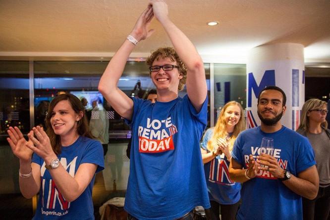 Những người London ủng hộ ở lại vui mừng khi nghe kết quả đầu tiên từ vùng lãnh thổ Gibraltar. Ảnh: Getty.