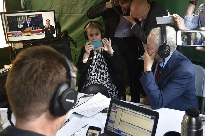 Ngay sau tuyên bố của Thủ tướng Cameron, lãnh đạo Công đảng phát biểu ca ngợi ông Cameron. Ảnh: Reuters.