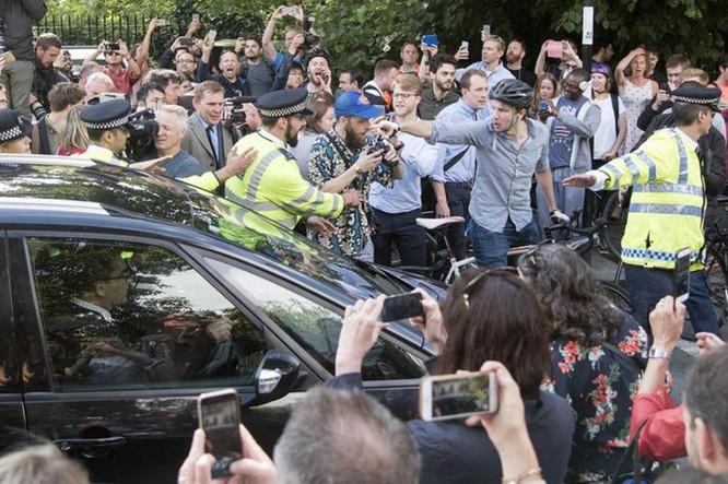 Một đám đông tụ tập và la ó phản đối ông Boris Johnson thuộc phe Rời đi. Ảnh: Rex.