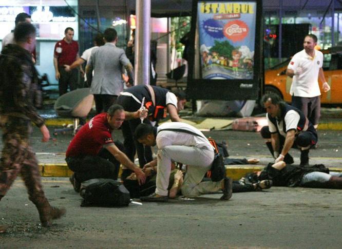 Sây bay Thổ Nhĩ Kỳ hỗn loạn sau vụ đánh bom đẫm máu ảnh 6