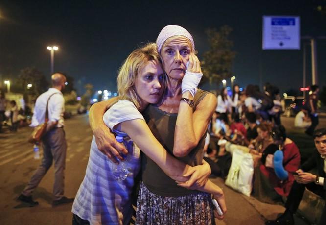 Sây bay Thổ Nhĩ Kỳ hỗn loạn sau vụ đánh bom đẫm máu ảnh 9