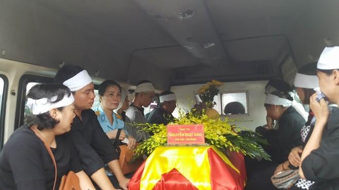 Trời tuôn mưa, người tuôn nước mắt trong tang lễ 9 liệt sĩ phi hành đoàn CASA-212 ảnh 9