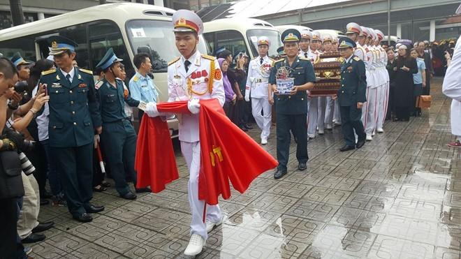 Trời tuôn mưa, người tuôn nước mắt trong tang lễ 9 liệt sĩ phi hành đoàn CASA-212 ảnh 12