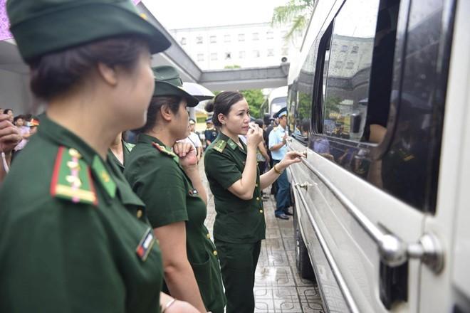 Trời tuôn mưa, người tuôn nước mắt trong tang lễ 9 liệt sĩ phi hành đoàn CASA-212 ảnh 1