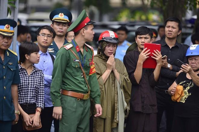 Trời tuôn mưa, người tuôn nước mắt trong tang lễ 9 liệt sĩ phi hành đoàn CASA-212 ảnh 5