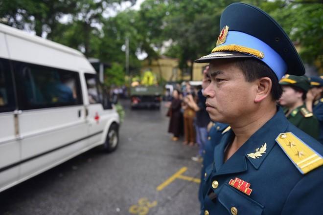 Trời tuôn mưa, người tuôn nước mắt trong tang lễ 9 liệt sĩ phi hành đoàn CASA-212 ảnh 7