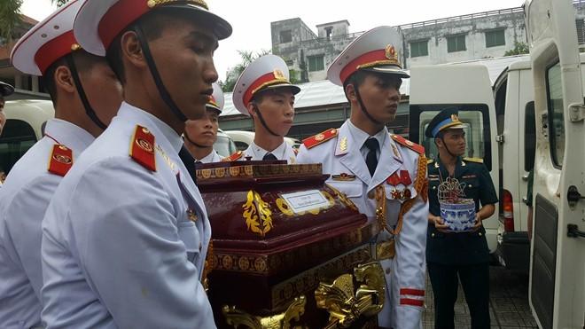 Trời tuôn mưa, người tuôn nước mắt trong tang lễ 9 liệt sĩ phi hành đoàn CASA-212 ảnh 11