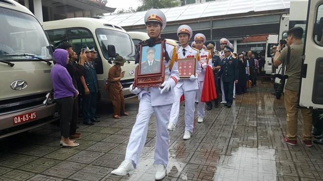 Trời tuôn mưa, người tuôn nước mắt trong tang lễ 9 liệt sĩ phi hành đoàn CASA-212 ảnh 10
