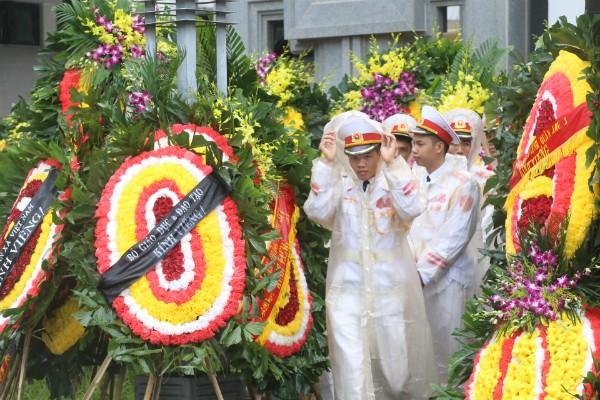 Trời tuôn mưa, người tuôn nước mắt trong tang lễ 9 liệt sĩ phi hành đoàn CASA-212 ảnh 31