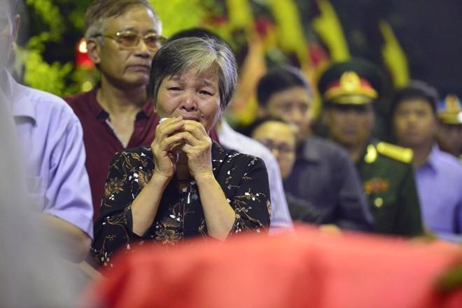 Trời tuôn mưa, người tuôn nước mắt trong tang lễ 9 liệt sĩ phi hành đoàn CASA-212 ảnh 16