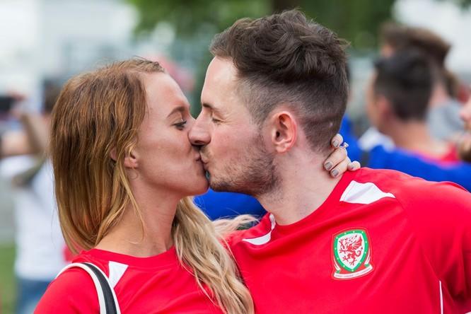1001 kiểu nụ hôn tại Euro 2016 ảnh 12