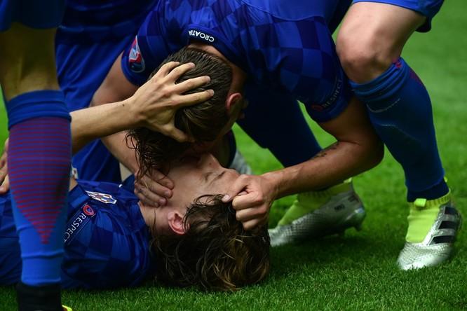 1001 kiểu nụ hôn tại Euro 2016 ảnh 18