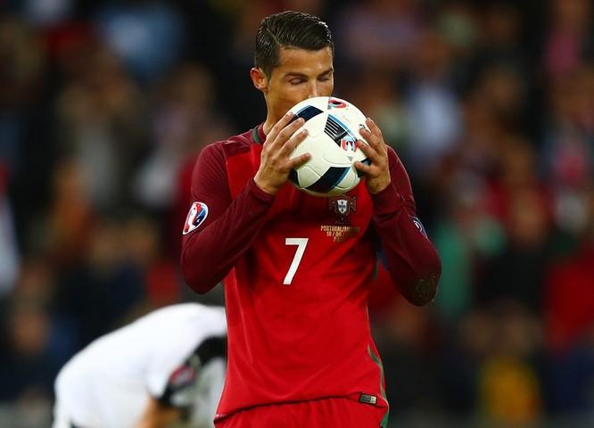 1001 kiểu nụ hôn tại Euro 2016 ảnh 20