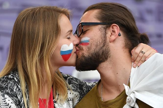 1001 kiểu nụ hôn tại Euro 2016 ảnh 9