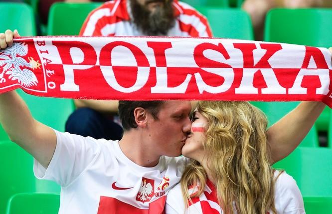 1001 kiểu nụ hôn tại Euro 2016 ảnh 11