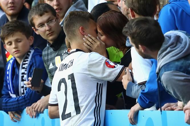 1001 kiểu nụ hôn tại Euro 2016 ảnh 3