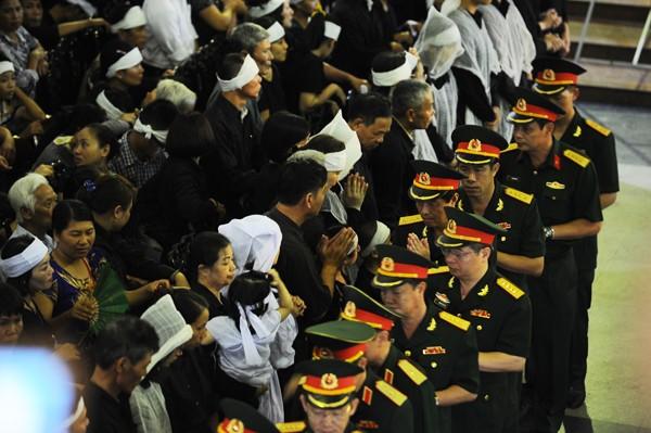 Trời tuôn mưa, người tuôn nước mắt trong tang lễ 9 liệt sĩ phi hành đoàn CASA-212 ảnh 26
