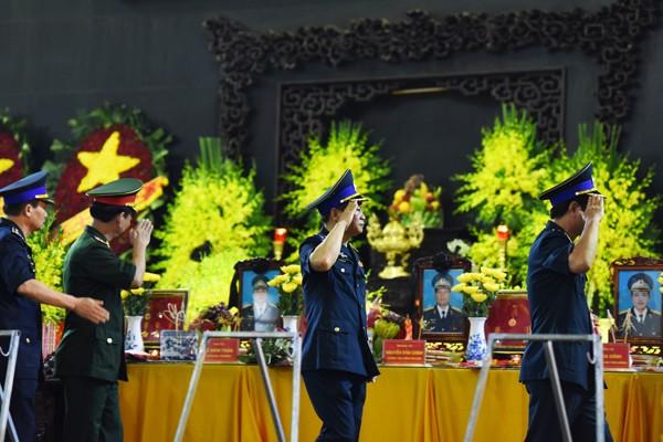 Trời tuôn mưa, người tuôn nước mắt trong tang lễ 9 liệt sĩ phi hành đoàn CASA-212 ảnh 25