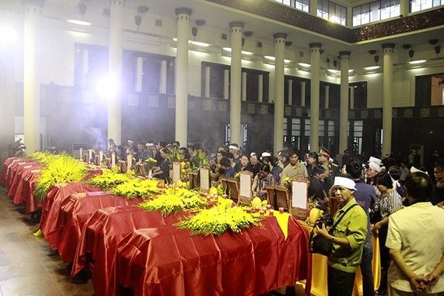 Trời tuôn mưa, người tuôn nước mắt trong tang lễ 9 liệt sĩ phi hành đoàn CASA-212 ảnh 27