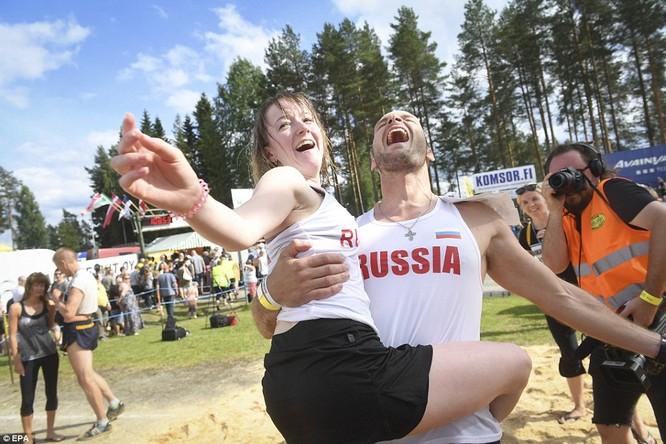 Video: Thử sức mạnh với cuộc thi cõng vợ ở Phần Lan ảnh 14