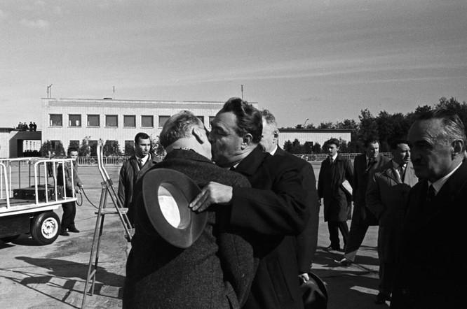 10 nụ hôn nổi tiếng lịch sử thế giới ảnh 8