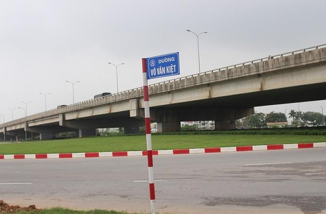 Cụ thể, đường Hoàng Sa dài 4,8 km, rộng 68 m. Trước đây thường được gọi là đường Bắc Thăng Long.