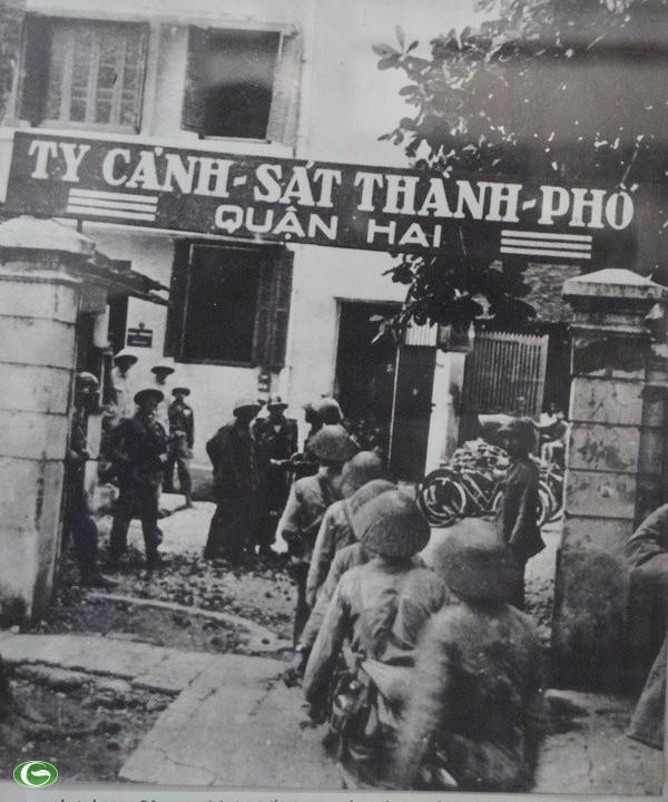 Chùm ảnh đẹp: Chiến sĩ Công an Nhân dân Việt Nam trong lòng dân ảnh 33