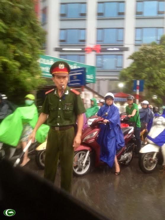 Chùm ảnh đẹp: Chiến sĩ Công an Nhân dân Việt Nam trong lòng dân ảnh 23
