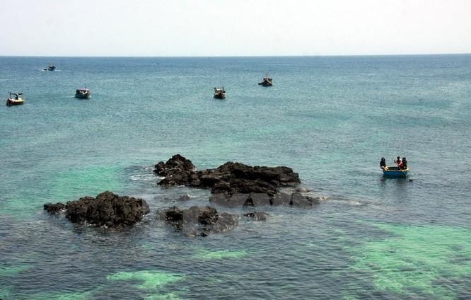 Với diện tích khoảng 0,69km2, dân số khoảng 400 người, đảo An Bình được bao bọc bởi những vách đá nham thạch nhô cao hòa lẫn cùng trời và biển tạo ra những cảnh quan kỳ thú.