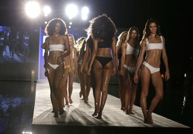Mãn nhãn màn trình diễn bikini ở thủ đô thời trang bãi biển ảnh 12