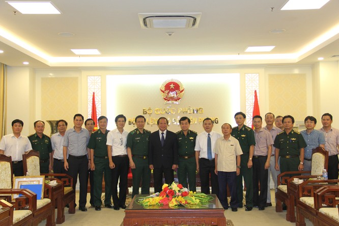 """Bộ trưởng Bộ TT&TT được trao tặng kỷ niệm chương """"Vì chủ quyền, an ninh biên giới Tổ quốc"""" ảnh 2"""