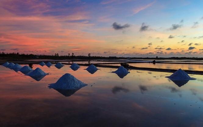 Cánh đồng muối Việt: Nơi ngắm hoàng hôn đẹp nhất thế giới ảnh 1
