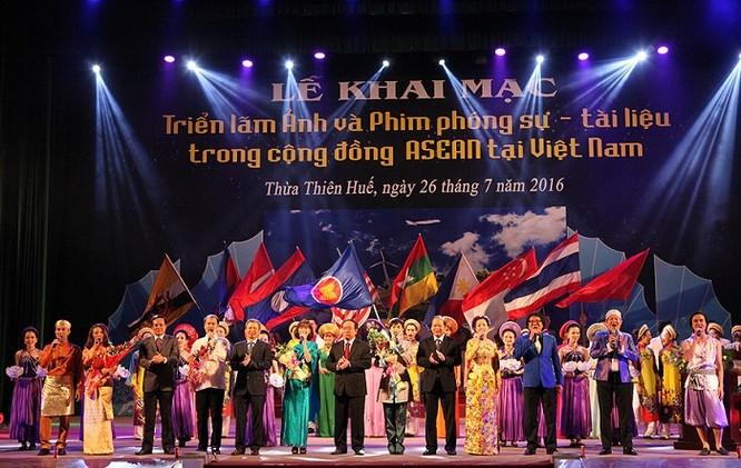 Chương trình ca múa nhạc hoành tráng chào mừng Triển lãm.