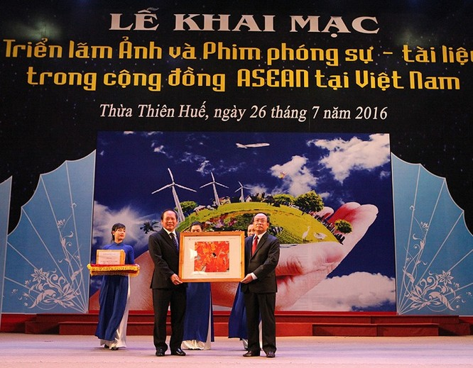 Ông Trương Minh Tuấn trao tặng ảnh và phim cho tỉnh Thừa Thiên Huế.