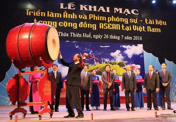 Ông Trương Minh Tuấn đánh 3 hồi trống chính thức khai mạc Triển lãm Ảnh và Phim phóng sự - Tài liệu trong Cộng đồng ASEAN 2016 tại tỉnh Thừa Thiên Huế.