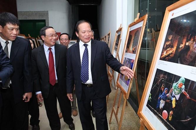 Ông Trương Minh Tuấn và các đại biểu thăm quan Triển lãm.