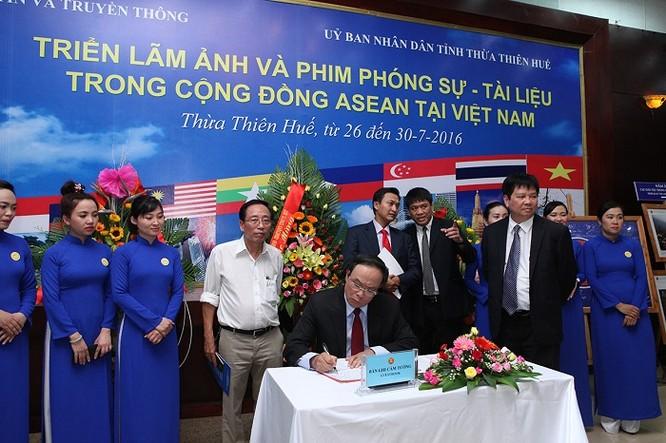 Ông Nguyễn Văn Cao, Phó Bí thư Tỉnh ủy, Chủ tịch Ủy ban nhân dân tỉnh Thừa Thiên Huế viết sổ cảm tưởng Triển lãm.