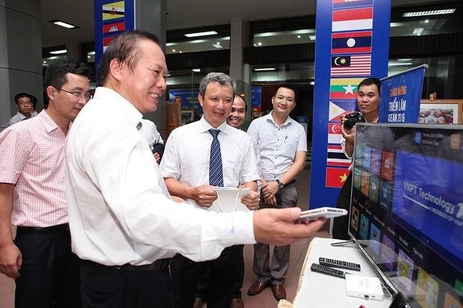 Các đại biểu thăm quan gian hàng của VNPT Technology.