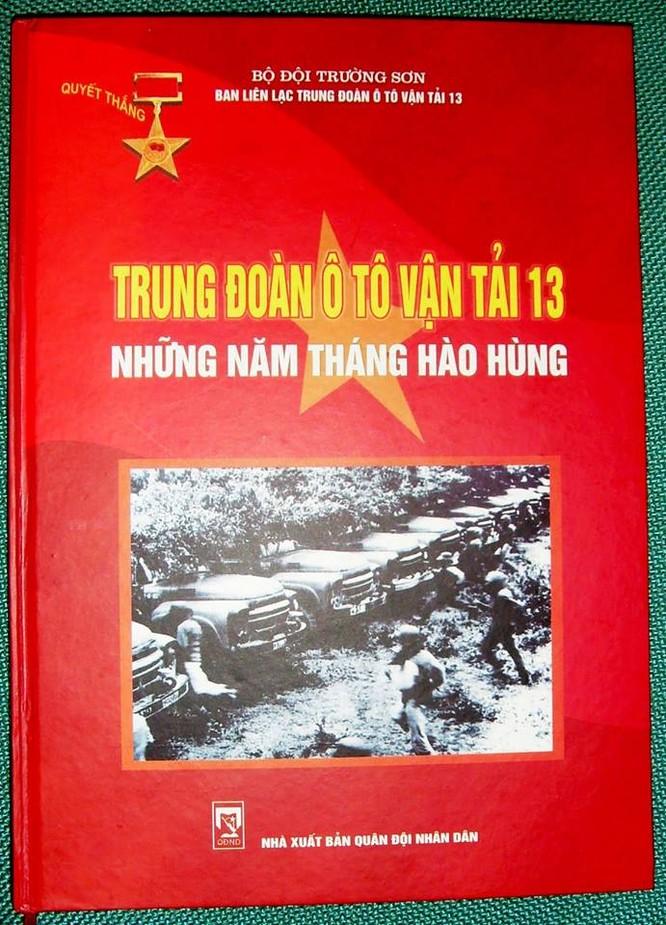 """Bìa cuốn sách ảnh: """"Trung đoàn 13 ô tô vận tải – Những năm tháng hào hùng"""""""