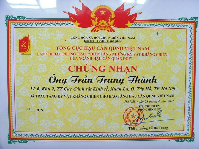 """Giấy chứng nhận """"Hiến tặng kỷ vật kháng chiến"""" do Tổng cục Hậu cần QĐND Việt Nam cấp cho tôi trong lần tặng kỷ vật cho Bảo tàng ngày 28/4/2016."""