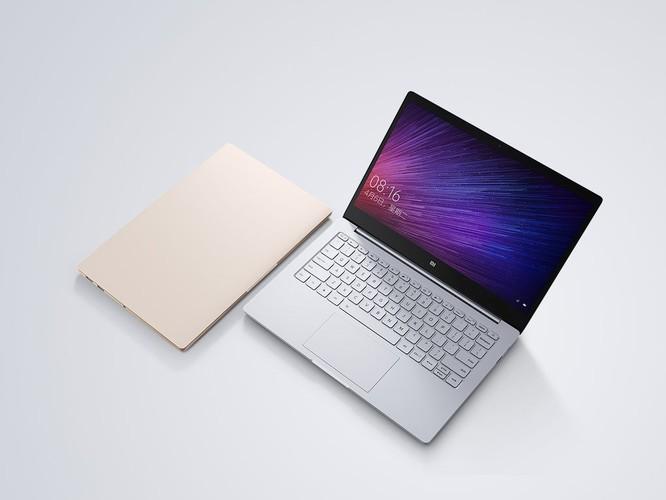 Nhìn từ ngoài, Mi Notebook Air không hề có logo công ty, phải mở máy ra người dùng mới nhìn thấy logo Mi.