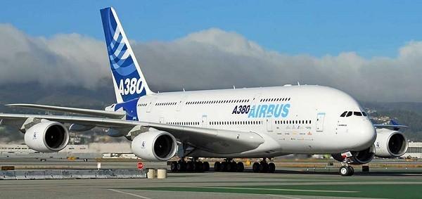 6- Airbus A380 700: Là một trong những máy bay trở khách sang trọng được sản xuất tại Pháp, Airbus A380 700 có sức chứa 525 hành khách và bay với vận tốc 676km/ giờ. giá bán của nó khoảng 301 triệu USD.