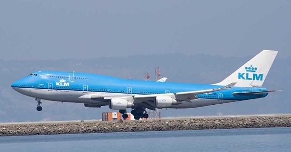 4- Boeing 747 400: Là máy bay trở khách sang trọng được sản xuất tại Mỹ, nó có thể trở 624 hành khách và bay với vận tốc 567km/ giờ. Giá của chiếc máy bay này khoảng 228 triệu USD và Boeing đã bán được hơn 1.350 chiếc.