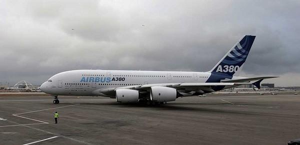 2- Airbus A380 800: Cũng được sản xuất tại Pháp, Airbus A380 800 có thể chứa gần 853 hành khách. Dòng Airbus này chỉ có 192 chiếc được bán ra cho các hãng hàng không trên thế giới. Giá bán của nó khoảng 318 triệu USD.